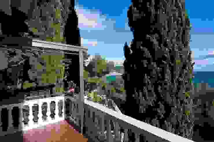 Villa Andora Balcone, Veranda & Terrazza in stile mediterraneo di Architetto ANTONIO ZARDONI Mediterraneo