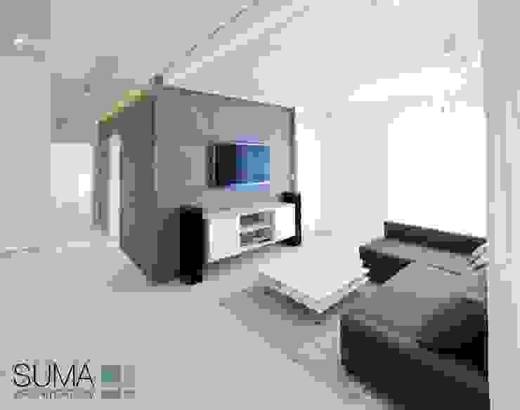 WHITE ONE Minimalistyczny salon od SUMA Architektów Minimalistyczny