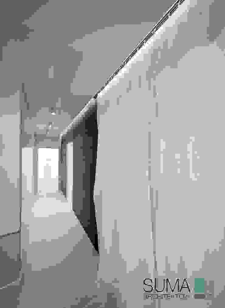 WHITE ONE Minimalistyczny korytarz, przedpokój i schody od SUMA Architektów Minimalistyczny