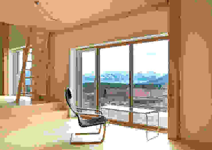 Wohnatelier mit Bergblick Moderne Wohnzimmer von Prof. Peter Tausch Modern