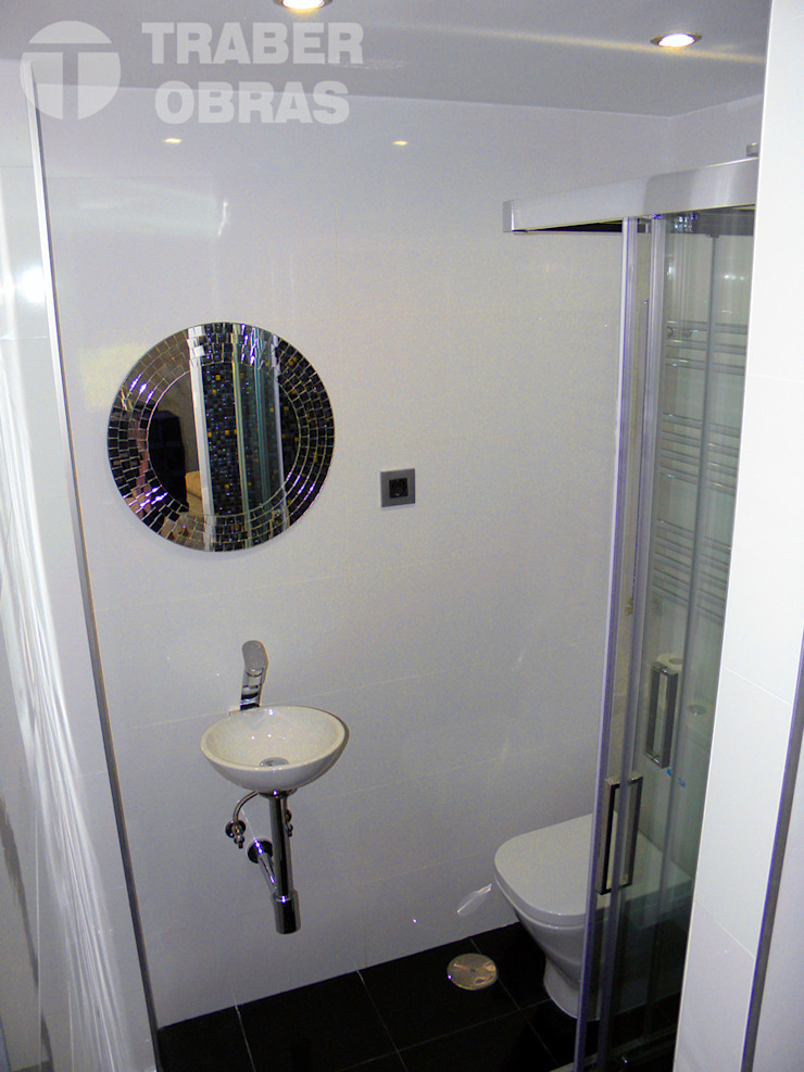 Cuarto de baño de dormitorio principal_lavabo con espejo. Baños de estilo minimalista de Traber Obras Minimalista