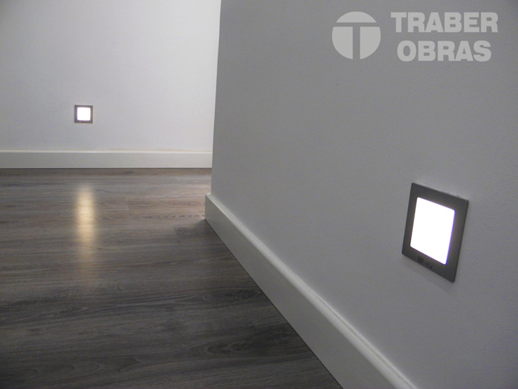 Iluminación LED de señalización. Pasillos, vestíbulos y escaleras de estilo moderno de Traber Obras Moderno