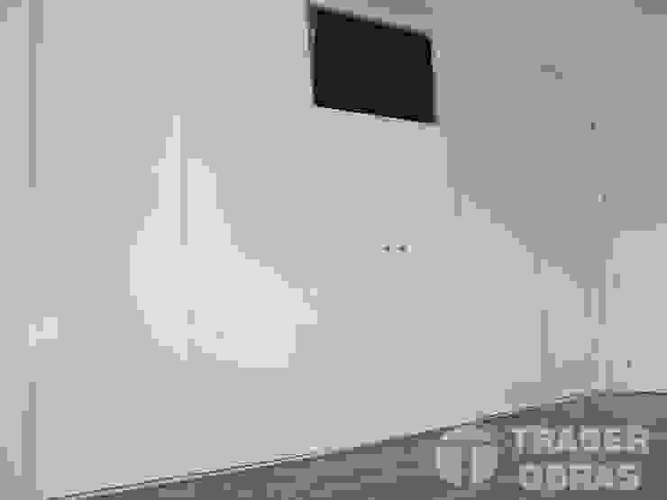 Armario empotrado con TV integrada. Dormitorios de estilo minimalista de Traber Obras Minimalista