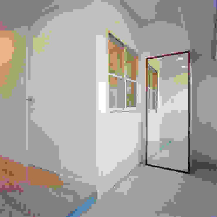 S-House オリジナルスタイルの 玄関&廊下&階段 の AIDAHO Inc. オリジナル