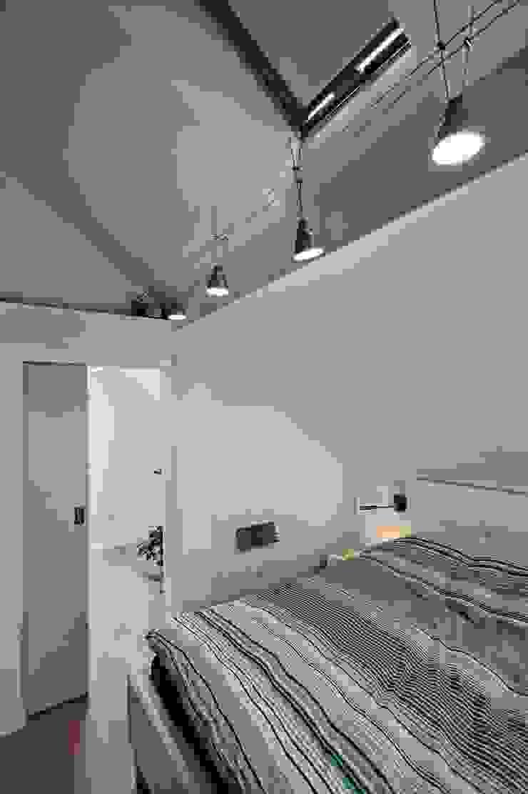 Bliźniak w Pychowicach Minimalistyczna sypialnia od SHOQ STUDIO Architektura i wnętrza Minimalistyczny