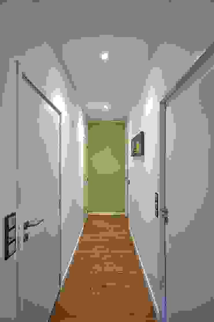 Dom w Overijse, Belgia Minimalistyczny korytarz, przedpokój i schody od SHOQ STUDIO Architektura i wnętrza Minimalistyczny