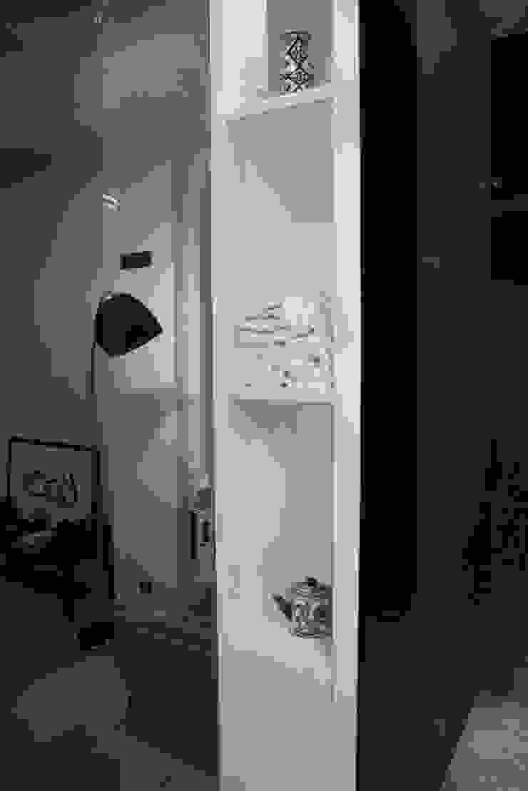 apartament Warszawa Mokotów Minimalistyczna garderoba od SHOQ STUDIO Architektura i wnętrza Minimalistyczny