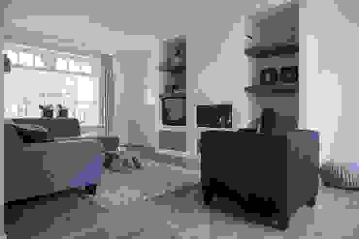 Overzicht van de woonkamer met zicht op de prachtige gashaard Landelijke woonkamers van Hemels Wonen interieuradvies Landelijk