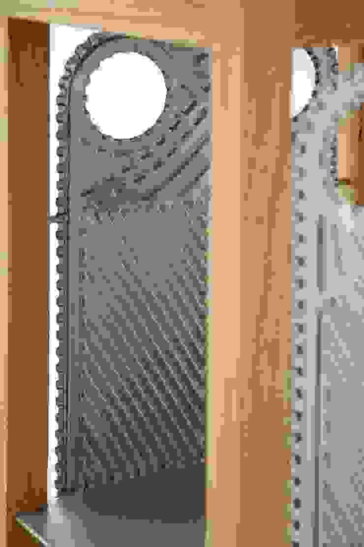 Oak frame cabinet od NaNowo Industrial Design Minimalistyczny