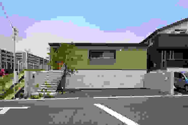 高基礎と左官仕上げの外壁の外観 モダンな 家 の 青木昌則建築研究所 モダン