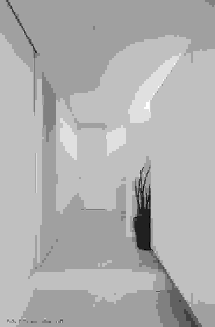 PLATE HOUSE ミニマルスタイルの 玄関&廊下&階段 の 松岡健治一級建築士事務所 ミニマル