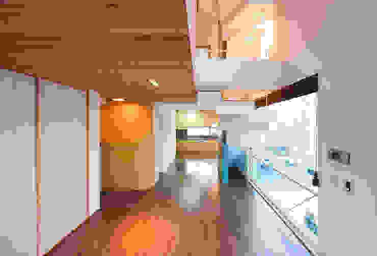Salones modernos de CHORA Moderno