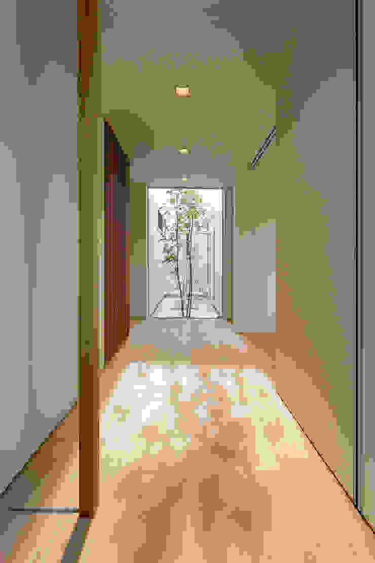 สไตล์ผสมผสาน ทางเดินห้องโถงและบันได โดย MAアーキテクト一級建築士事務所 ผสมผสาน