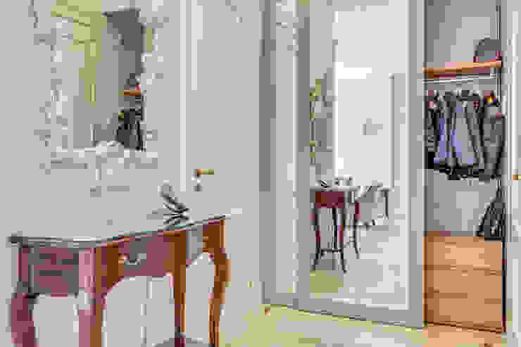 """Квартира в жилом комплексе """"Парадный квартал"""" Коридор, прихожая и лестница в классическом стиле от Be In Art Классический"""