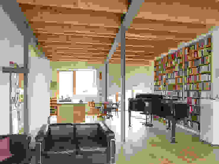 Woonkamer door +studio moeve architekten bda, Klassiek