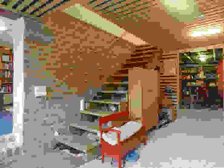 Klasyczny garaż od +studio moeve architekten bda Klasyczny