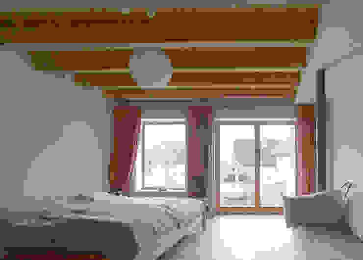Slaapkamer door +studio moeve architekten bda, Klassiek