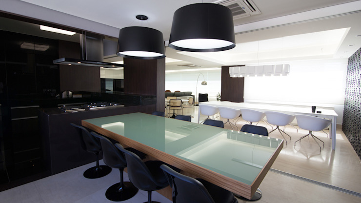 Modern dining room by Mutabile Modern