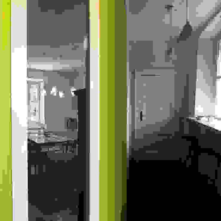 Pasillos, vestíbulos y escaleras de estilo minimalista de a2 studio di architettura Minimalista