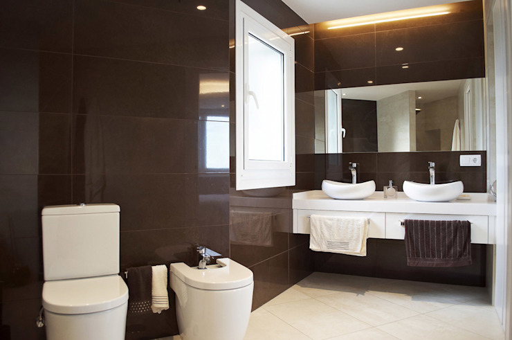 Intra Arquitectos Modern style bathrooms