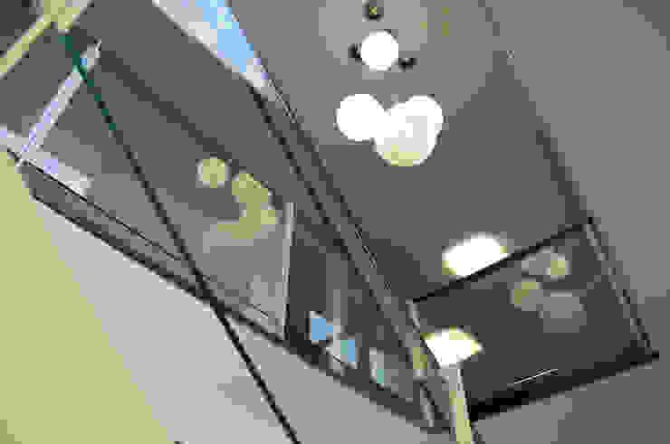Pasillos, vestíbulos y escaleras modernos de Intra Arquitectos Moderno