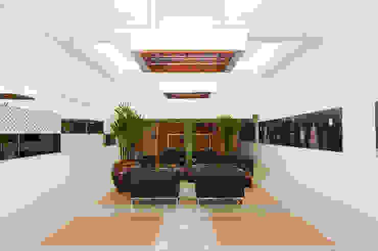 Pasillos, vestíbulos y escaleras de estilo moderno de Mantovani e Rita Arquitetura Moderno