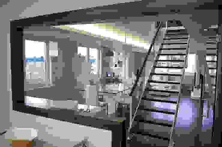 モダンスタイルの 玄関&廊下&階段 の Intra Arquitectos モダン