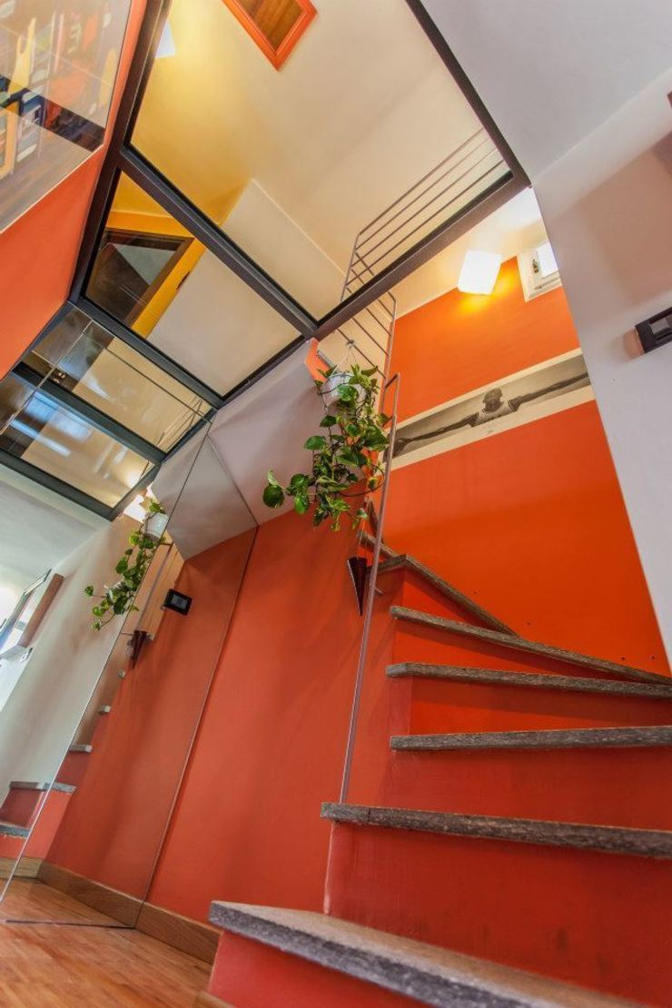 La scala UAU un'architettura unica Ingresso, Corridoio & Scale in stile moderno