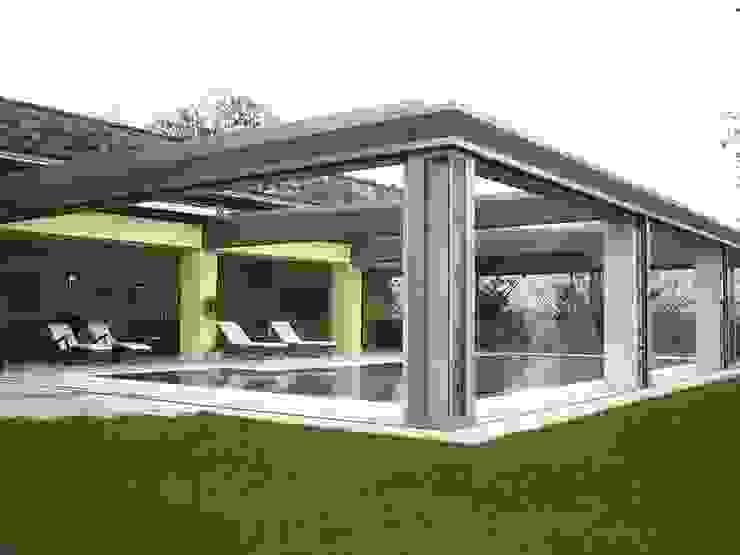 Sistemazione esterna di casa privata con piscina (coperta - scoperta) nord Piemonte Bozzalla Canaletto - Architettura del Giardino e del Paesaggio Piscina moderna