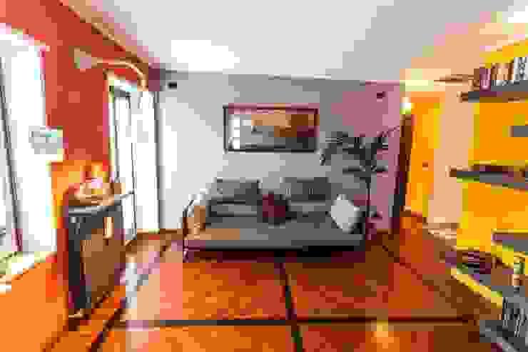 Modern living room by UAU un'architettura unica Modern