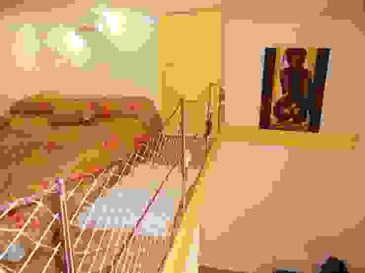 Il letto a soppalco sul bagno Camera da letto moderna di UAU un'architettura unica Moderno