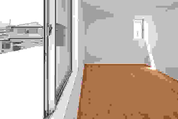 桂川の住宅 モダンスタイルの寝室 の MASAAKI TAKAHASHI architects モダン