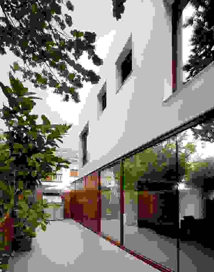 Minimalist house by MANO Arquitectura Minimalist