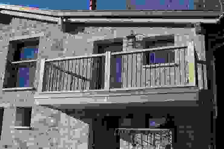 Balcone Case in stile rustico di DF Design Rustico
