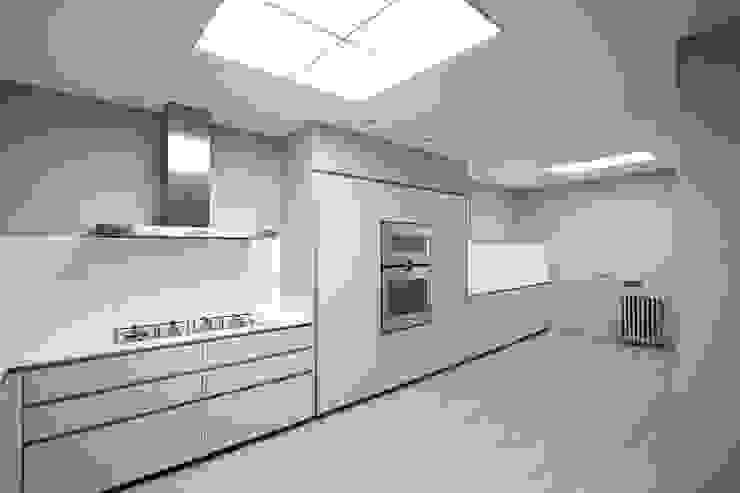 Rehabilitación de ático en Turó Park, Barcelona Cocinas de estilo minimalista de MANO Arquitectura Minimalista