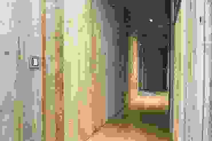 Pasillos, halls y escaleras rústicos de DF Design Rústico