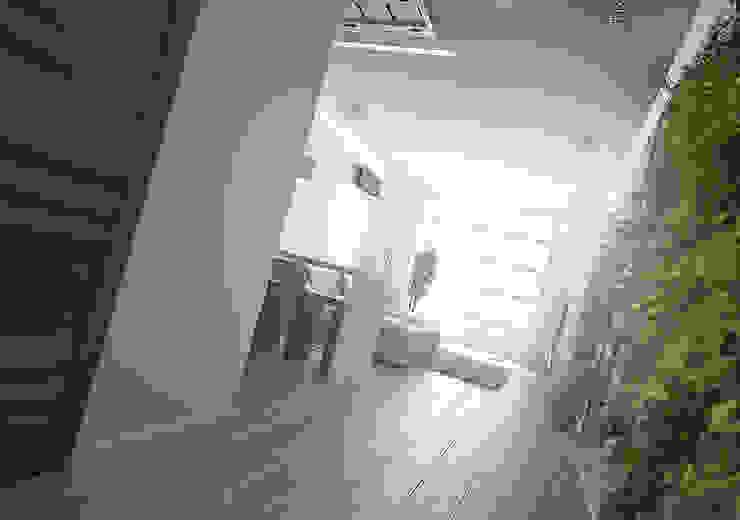 Современная квартира-студия. г. Казань Коридор, прихожая и лестница в стиле минимализм от премиум интериум Минимализм