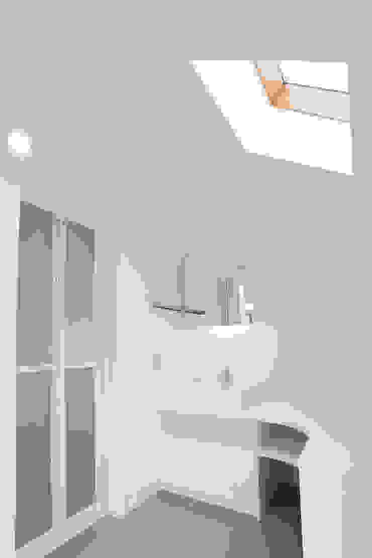 SLIDE HOUSE (House in Nakameguro) モダンスタイルの お風呂 の LEVEL Architects モダン
