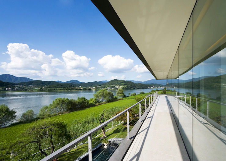 hyunjoonyoo architects Modern style balcony, porch & terrace