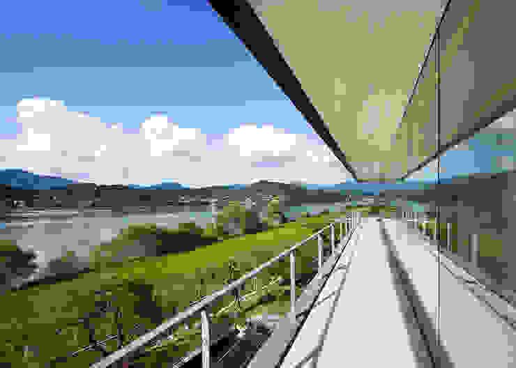 Floating House 모던스타일 발코니, 베란다 & 테라스 by hyunjoonyoo architects 모던