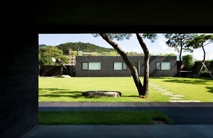 Garden by hyunjoonyoo architects, Modern