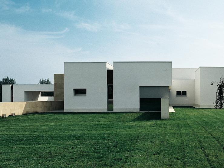 Houses by STUDIO LONGHEU,