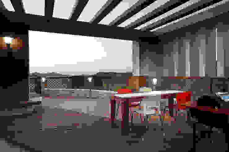 Nowoczesny balkon, taras i weranda od Hauan Nowoczesny