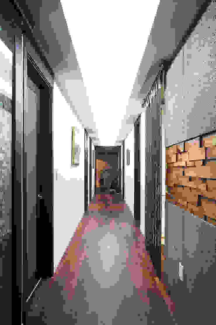 Nowoczesny korytarz, przedpokój i schody od Hauan Nowoczesny