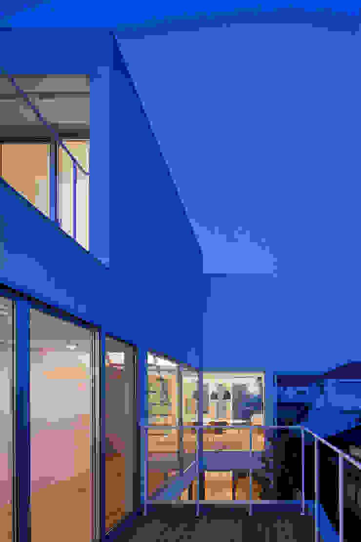 ODAWARA COURTYARD HOUSE モダンデザインの テラス の AIDAHO Inc. モダン
