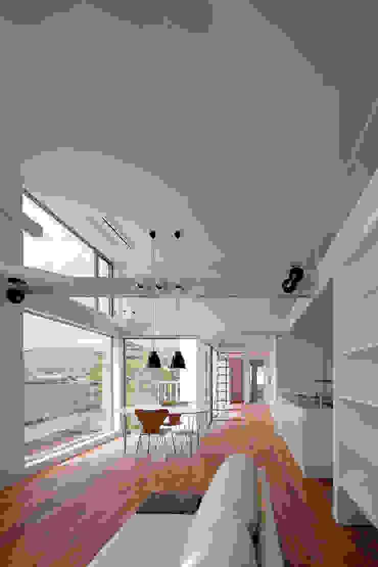 ODAWARA COURTYARD HOUSE モダンデザインの リビング の AIDAHO Inc. モダン