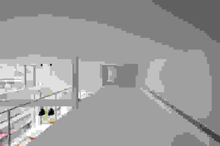 ODAWARA COURTYARD HOUSE モダンデザインの 多目的室 の AIDAHO Inc. モダン