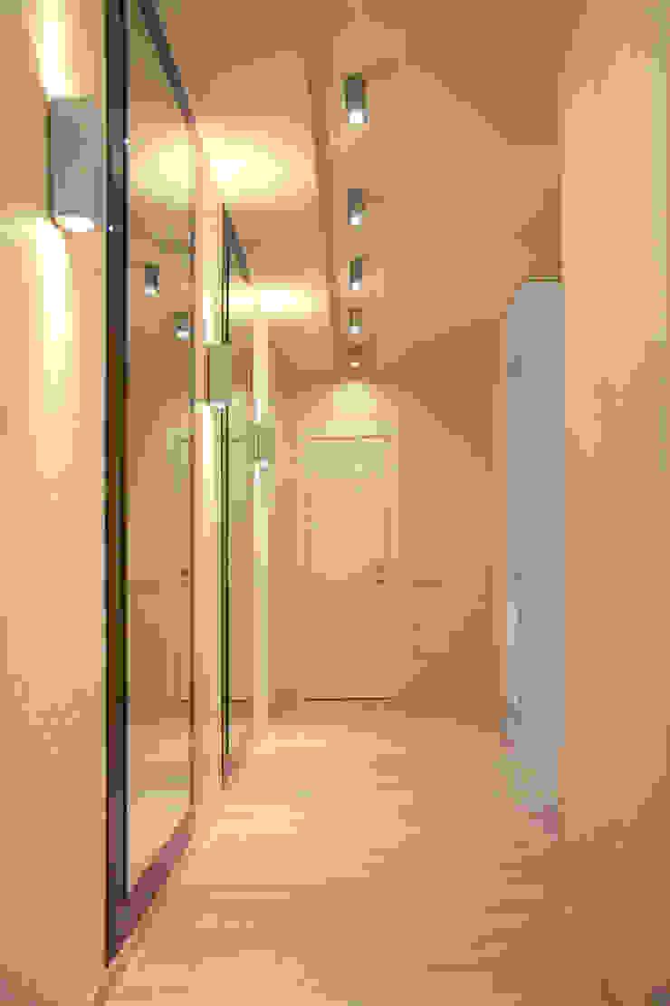 Minimalist corridor, hallway & stairs by Yana Ryabchenko Minimalist