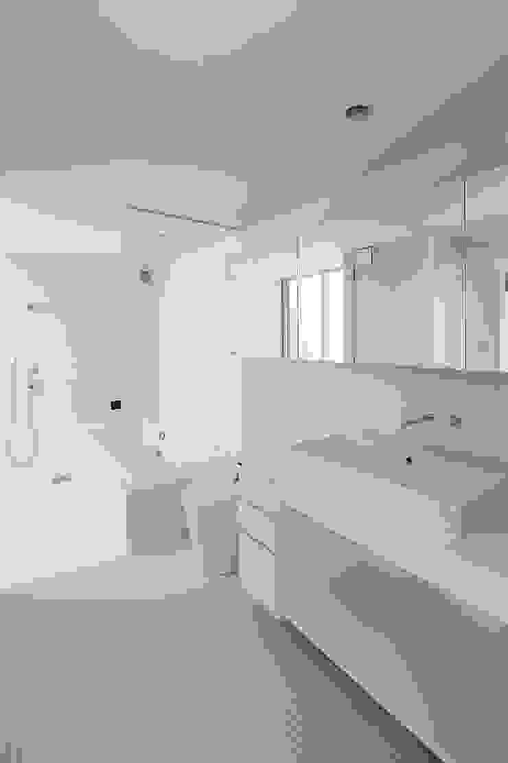 ODAWARA COURTYARD HOUSE モダンスタイルの お風呂 の AIDAHO Inc. モダン