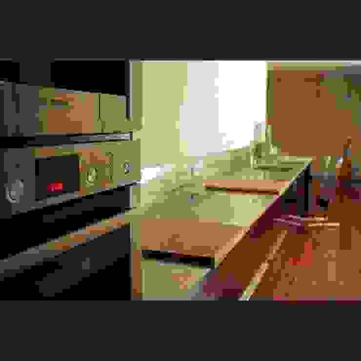 Maatwerkkeuken: hoogglans zwart met RVS werkblad Moderne keukens van Joep Schut, interieurmaker Modern